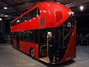 Starosta Londýna Boris Johnson u nového dvoupatrového autobusu.
