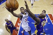 Basketbalisté Los Angeles Lakers (na snímku z utkání s Philadelphií v modrém) vyhráli v nedělním šlágru NBA na hřišti Bostonu Celtics těsně 90:89.