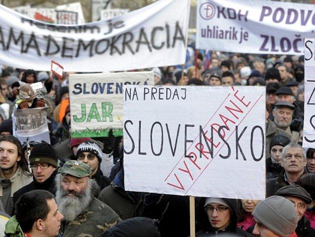 Další ze série demonstrací proti korupci v politice se konala 10. února na bratislavském Náměstí SNP.
