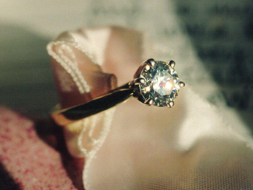 Zlatý prsten s diamantem. Ilustrační foto