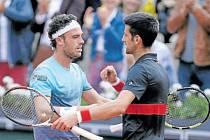 """PRVNÍ """"GRATULANT"""". Novak Djokovič (vpravo) se ve čtvrtfinále musel sklonit před uměním Marca Cecchinata."""