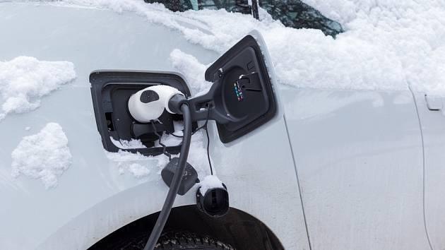 Elektromobily mají v mrazu potíže. Baterie se jim vybíjejí daleko rychleji…