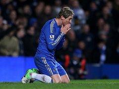 Zoufalý Fernando Torres vkládá hlavu do dlaní.