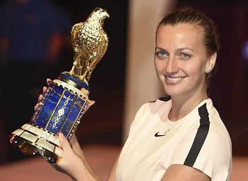 Petra Kvitová s trofejí pro vítězku turnaje v Dauhá.