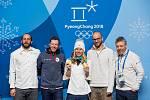 Dvojnásobná olympijská vítězka z Pchojongčchangu Ester Ledecká se svým týmem. Druhý zleva trenér Justin Reiter.
