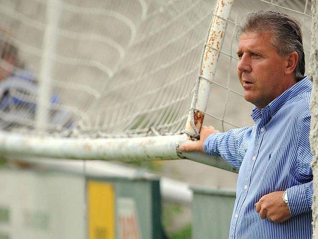 Trenér Sparty Josef Chovanec sleduje své mladé hráče v duelu proti Loko Vltavín.