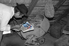 Vítězná fotografie: Na fotografii je zachycen tajemný až tajuplný detektiv Sherlock Deník Holmes pátrající po jedné z mnoha nevysvětlených, leč dechberoucích záhad. :-) Autorem je Jiří Gorec z Prostějova.