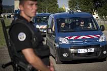 Jeden ze čtyř podezřelých, kteří byli zadrženi v souvislosti s pátečním atentátem u francouzského města Lyon, byl propuštěn. Hlavní podezřelý, řidič nákladního vozu Yassine Salhi, s vyšetřovateli nekomunikuje.