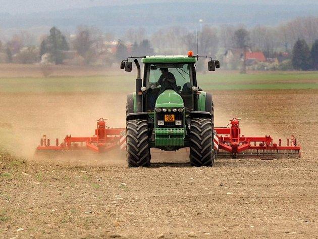 Rozpočet na příští rok počítá s nejnižším schodkem za posledních deset let. Škrtat muselo hned několik ministerstev. Zemědělci chtějí kvůli rozdělování peněz v jejich resortu dokonce svolat krizový štáb.
