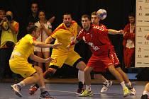 Čeští házenkáři (v červeném) proti Makedonii.