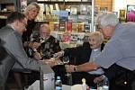 Loni v září křtil Jindra Hojer svou knihu Střípky ze života Jindry Hojera na pardubickém nádraží