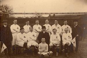 Autor prvního reprezentačního gólu Jindřich Valášek (sedí první zprava) s týmem libeňského Meteoru v roce 1916