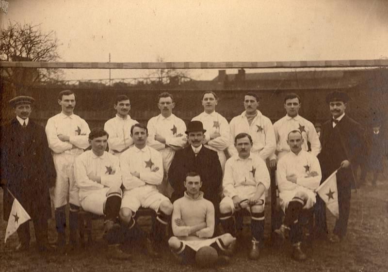 Autor prvního reprezentačního gólu Jindřich Valášek (sedí první zprava) s týmem libeňského Meteoru v roce 1916.
