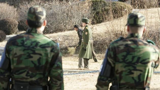 Vojáci jihokorejské armády sledují příslušníka armády Severní Koreje v Pchanmundžomu