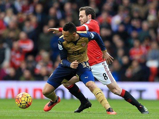 Juan Mata z Manchesteru United a Francis Coquelin z Arsenalu