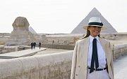 Melania Trumpová v Africe. V Egyptě u pyramid už se oblékla neutrálně.