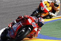Casey Stoner (vlevo) si vyjel ve Valencii pole position. Za ním jede Andrea Dovizioso.