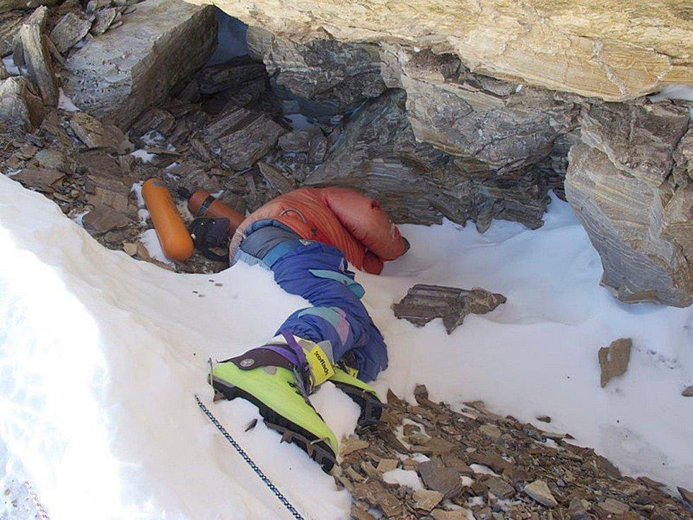 Tající sníh a led odhaluje na svazích Mount Everestu mrtvá těla neúspěšných horolezců.