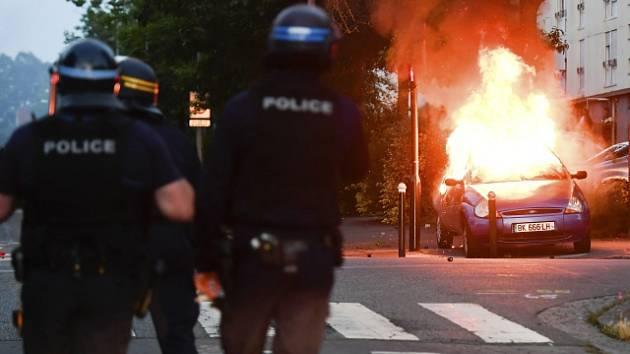 Výtržnosti a protesty na předměstí Nantes ve Francii