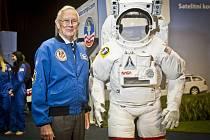 Bývalý americký astronaut z letu Apolla 16 Charles Duke, který v roce 1972 vstoupil na Měsíc, se 12. března v Praze zúčastnil zahájení výstavy Gateway to Space (Brána do vesmíru) v Křižíkových pavilonech na pražském Výstavišti.