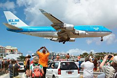 Přistávající jumbo nizozemských aerolinií KLM na Svatém Martinu