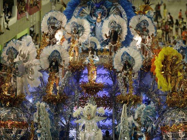 Umělkyně ze školy samby vystupují na nejznámějším karnevalu světa.