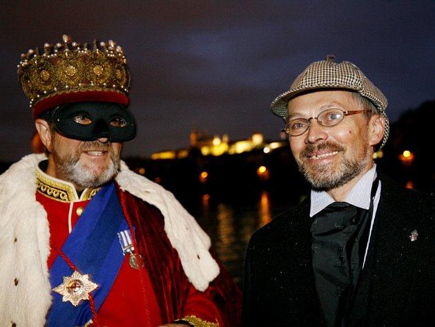 Holmesové na Vltavě. V pátek vyplul od Čechova mostu parník s více než šedesáti příznivci detektivních příběhů Arthura Conana Doyla. Příznivce do Prahy pozvala Česká společnost Sherlocka Holmese. Při své cestě navštívili Prahu, Karlovy Vary a Chebsko.