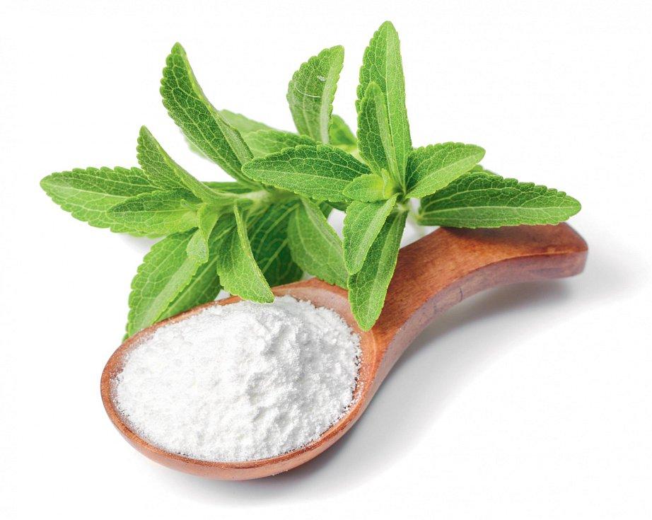 Sladidlo získávané z rostlinky stévie neobsahuje žádné kalorie. Má ale bohužel i hořkou pachuť. Průmyslově zpracované potraviny proto nebývají slazeny jen stévií, ale i cukrem.