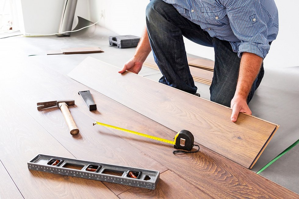 Laminátové podlahy, které jsou levnější variantou dřeva, se skládají z více vrstev