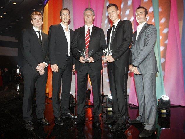 Vítězové Davis Cupu (zleva) Ivo Minář, Lukáš Rosol, kapitán Jaroslav Navrátil, Tomáš Berdych a Radek Štěpánek s cenou pro Tým roku.