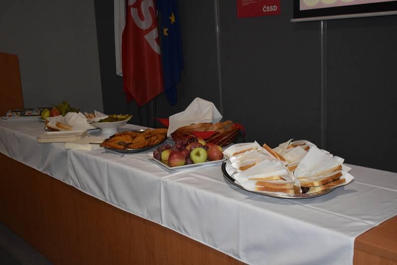 Občerstvení pro straníky je zatím spíše skromnější. Odpoledne se podávali řížky, obleřené chleby.