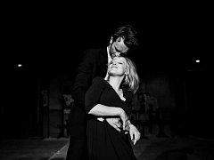 Studená válka. Joanna Kulig a Tomasz Kot jako Zula a Kaczmarek v černobílé baladě o smutných milencích.