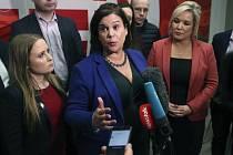 Předsedkyně středopravicové strany Fianna Fáil Mary Lou McDonaldová (uprostřed)