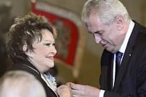 Medaili Za zásluhy udělil prezident herečce Jiřině Bohdalové.
