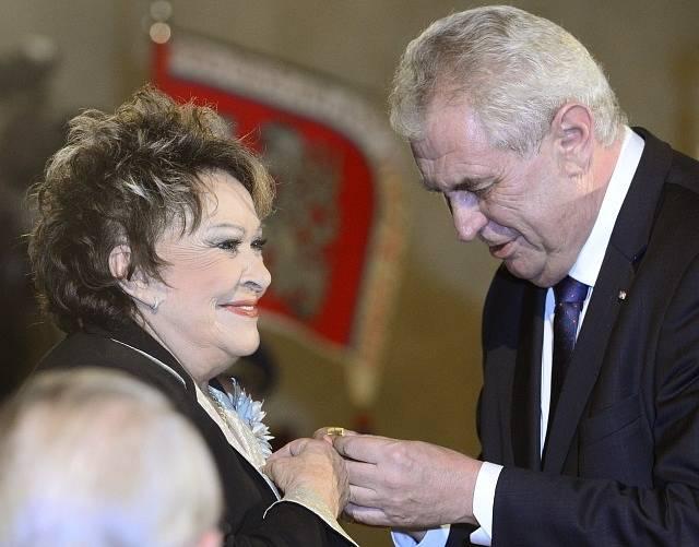 Medaili Za zásluhy udělil prezident Miloš Zeman herečce Jiřině Bohdalové.