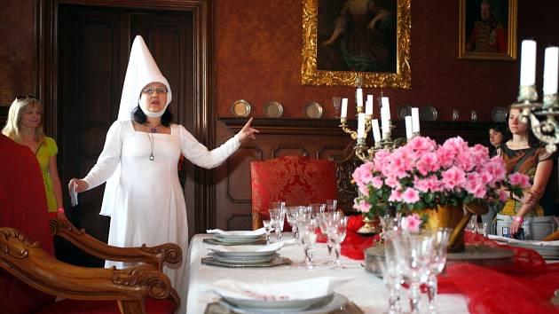 Prohlídka interiérů má hned jiné kouzlo, když vás provází bílá paní.