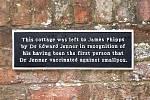 Pamětní deska na zdi chatky, kterou Edward Lenner věnoval Jamesi Phippsovi