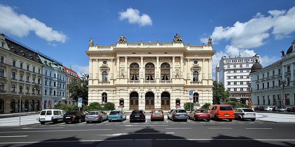 Mezi významné liberecké stavby patří novorenesanční radnice s vysokou věží, divadlo F. X. Šaldy, Valdštejnovy domky, Krajská vědecká knihovna či Karfíkův osmipatrový Baťův palác.