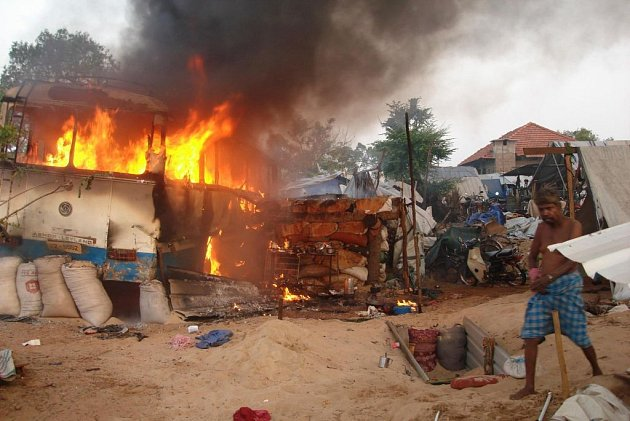 Životy 378 civilistů si podle zdravotnického zástupce srílanské vlády vyžádalo masivní dělostřelecké bombardování, které armáda zaměřila na oblast na severu Srí Lanky.
