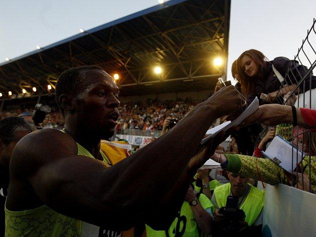 Jamajský sprinter Usain Bolt se podepisuje ostravským fanouškům.