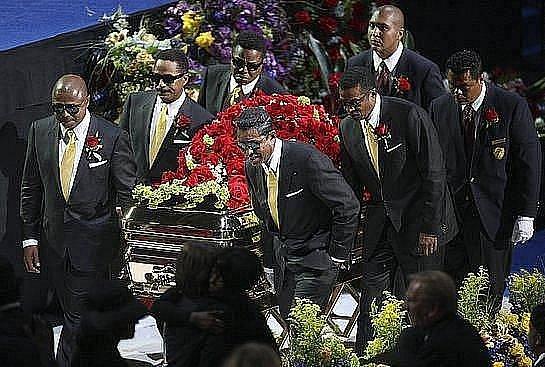 Snímek z veřejného rozloučení s Michaelem Jacksonem, které proběhlo začátkem července v Los Angeles. Datum pohřbu bylo stanoveno na 29. srpna.