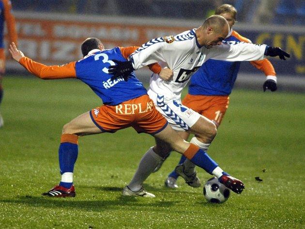 Liberecký útočník Jan Nezmar se snaží prosmýknout mezi ostravskou dvojicí Řezník, Rajtoral.