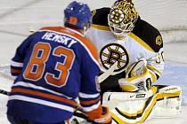 Na výborného Tima Thomase (vpravo) nevyzrál ani Aleš Hemský, který hájí barvy Edmontonu.