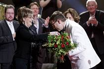 Herečku Janu Hlaváčovou, jež v úterý oslaví pětasedmdesáté narozeniny, přivítalo publikum s bouřlivým potleskem. Z rukou slovenské kolegyně Emílie Vášáryové převzala Thálii za celoživotní mistrovství.