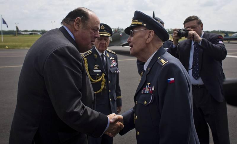 Čeští váleční veteráni Alois Dubec, Emil Boček a poslanec britského parlamentu, bývalý stínový ministr obrany a vnuk Winstona Churchilla Nicholas Soames.