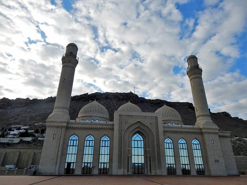 Ale pojďme k trochu jiné architektuře. Mešita Bibi-Heybat se sice nevyrovná zlatu v Abú Zabí, přesto je působivá a viditelná i z moře.