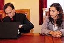 Hlavní líčení s Lukášem Blažkem (vlevo) a Annou Frantalovou (vpravo), kteří jsou obviněni z usmrcení z nedbalosti, začalo 9. října u Okresního soudu v Chrudimi. V roce 2010 se na jimi vedeném letním táboře utopil sedmnáctiletý chlapec.