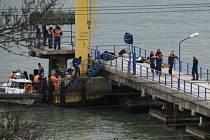 Záchranáři vytahují z Černého moře těla pasažérů ze zříceného letadla