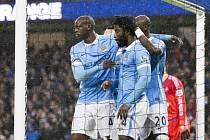 Bony Wilfried z Manchesteru City (uprostřed) se raduje se spoluhráči z gólu proti Swansea.