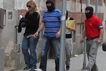Policisté přivádějí 14. června zadrženou nejbližší spolupracovnici premiéra Petra Nečase Janu Nagyovou na policejní služebnu v ostravské Masné ulici.